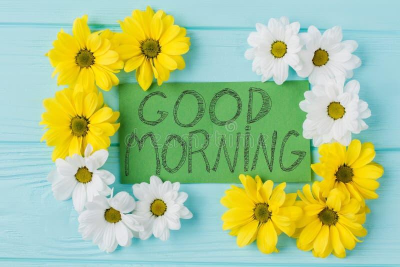 Anmerkung des gutenmorgens und Goldengänseblümchenblumenzusammensetzung stockfoto