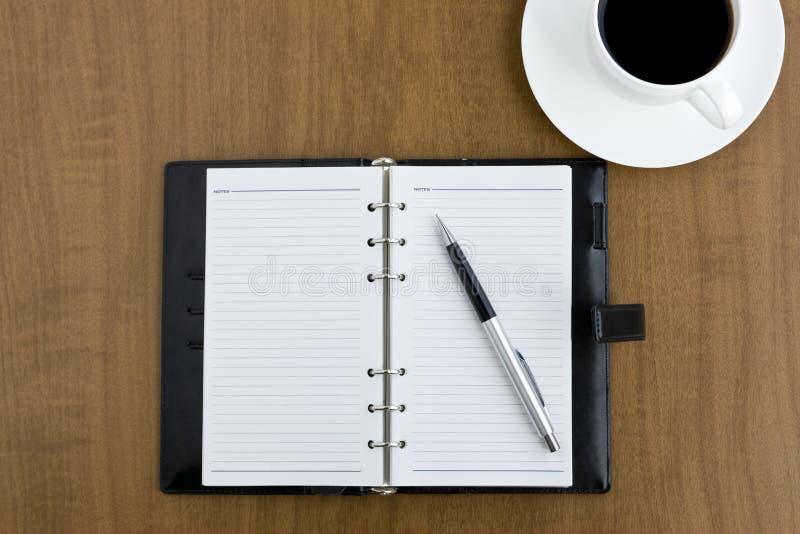 Anmerkung und Kaffee lizenzfreie stockfotos