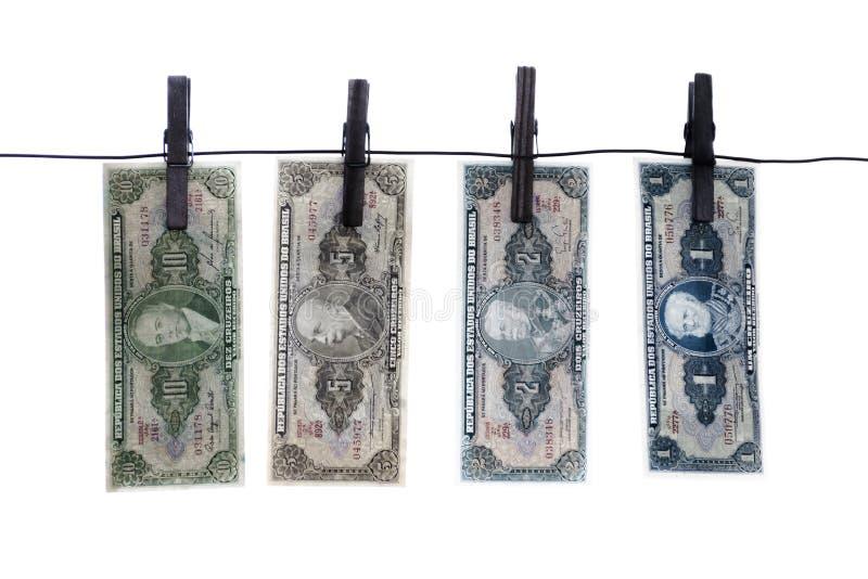 Anmerkungen, Banknoten, altes brasilianisches Geld auf Wäscheleine stockfotos