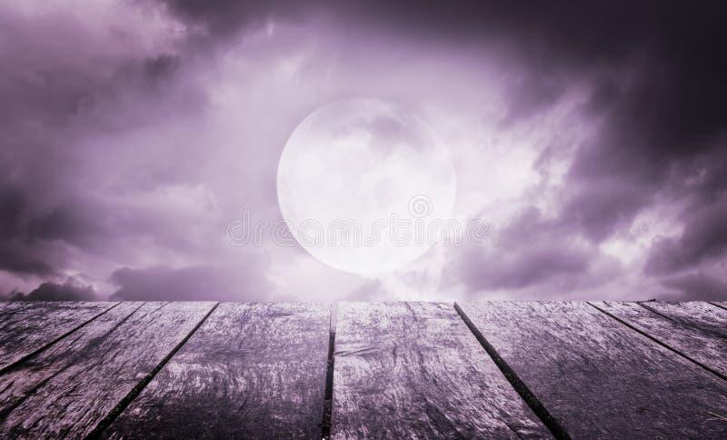 Anmerkungen und ein Baum in einem Mondschein Gespenstischer Himmel mit Vollmond und Holztisch stockfotos