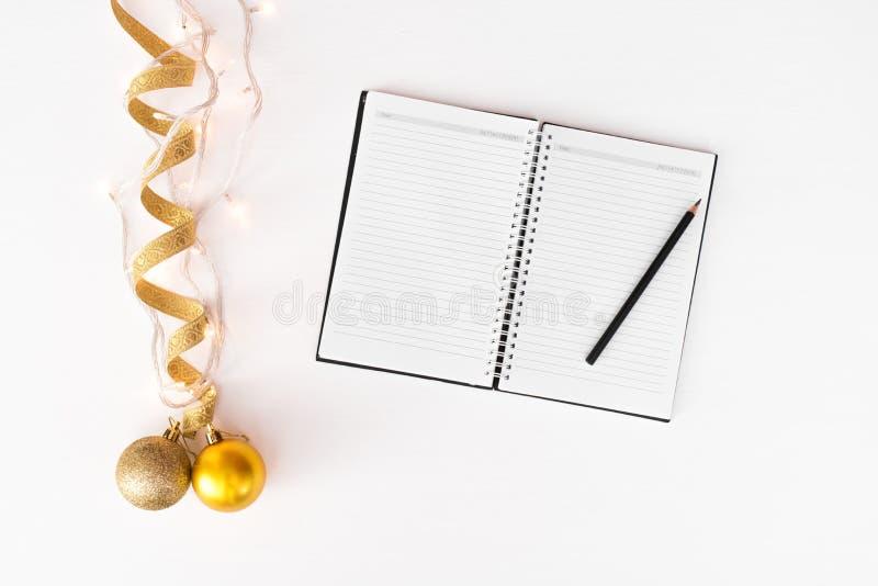 Anmerkungen, zum des Liste Weihnachtszusammensetzungshintergrundes zu tun tapezieren Sie, Dekorationsbälle, auf weißem Hintergrun lizenzfreie stockbilder