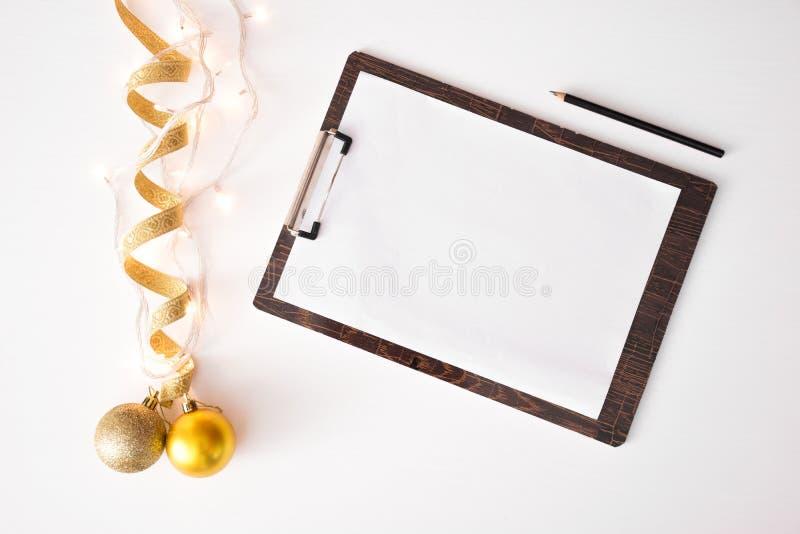 Anmerkungen, zum des Liste Weihnachtszusammensetzungshintergrundes zu tun tapezieren Sie, Dekorationsbälle, auf weißem Hintergrun lizenzfreie stockfotografie