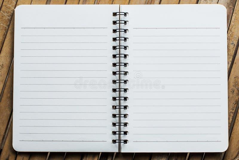 Anmerkungsbuch auf der Bambushintergrundschablone stockbilder