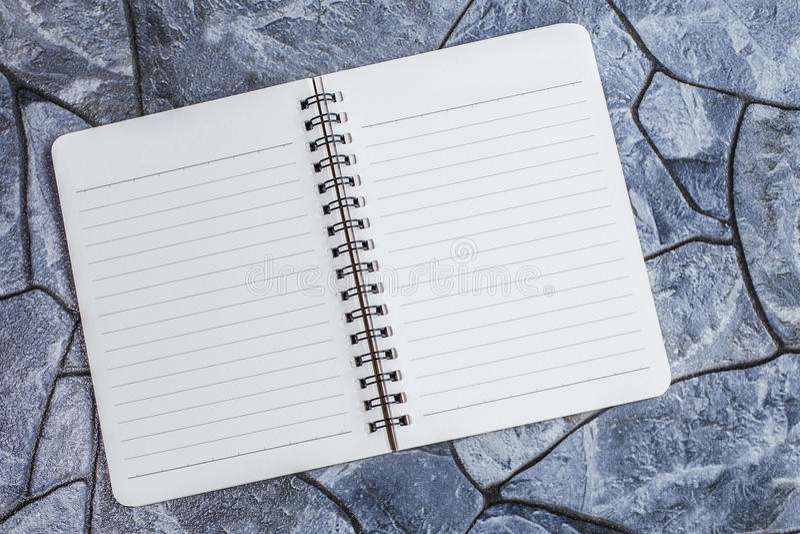 Anmerkungsbuch auf einem Steinhintergrund, einfache Beschaffenheit stockfoto