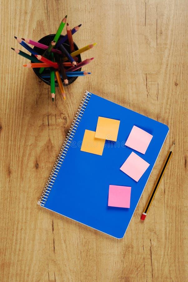 Anmerkungsbuch und -bleistifte stockbilder