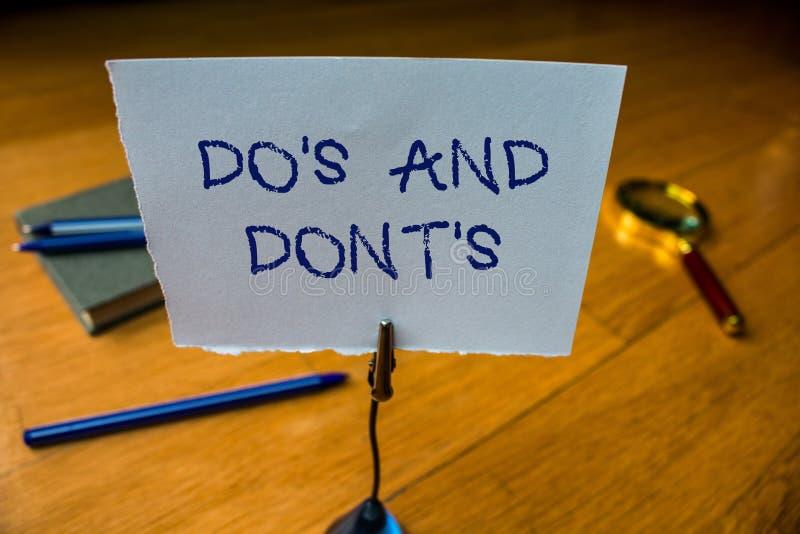 Anmerkungsvertretung schreibend, tun Sie S und tun Sie nicht S Pr?sentationsregeln oder Gewohnheiten des Gesch?ftsfotos hinsichtl lizenzfreie stockfotografie