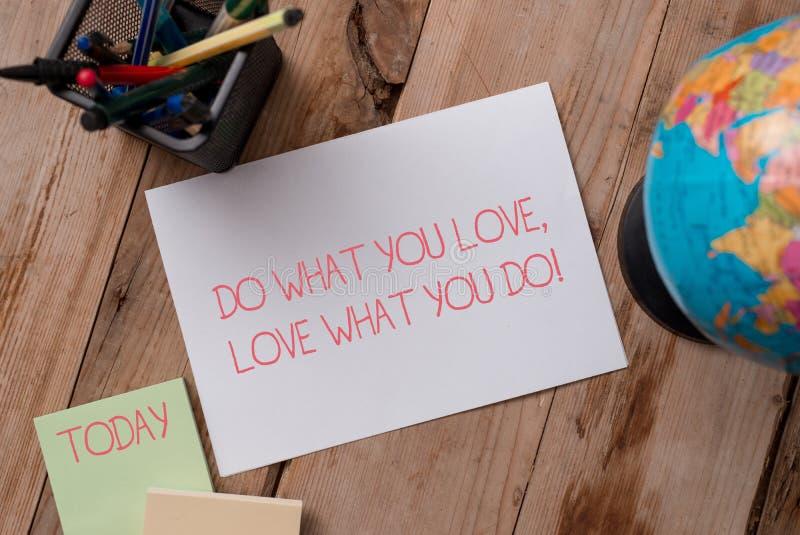 Anmerkungsvertretung schreibend, tun Sie, was Sie Liebe lieben, was Sie tun Das Gesch?ftsfoto, das Sie f?higes Handelnmaterial Si stockfotos