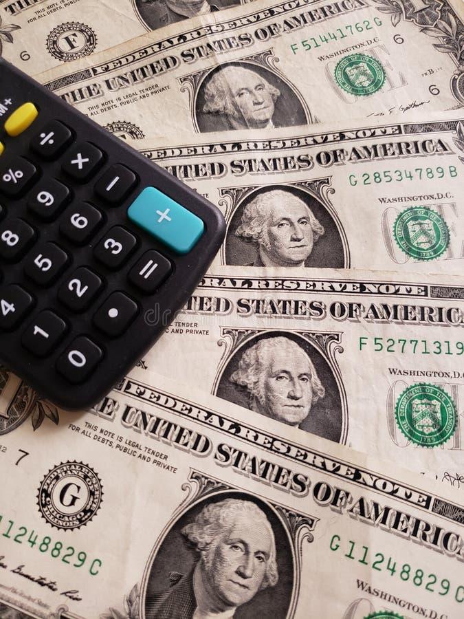 Annäherung an Amerikaner ein-Dollar-Banknoten von und Taschenrechner lizenzfreie stockfotografie