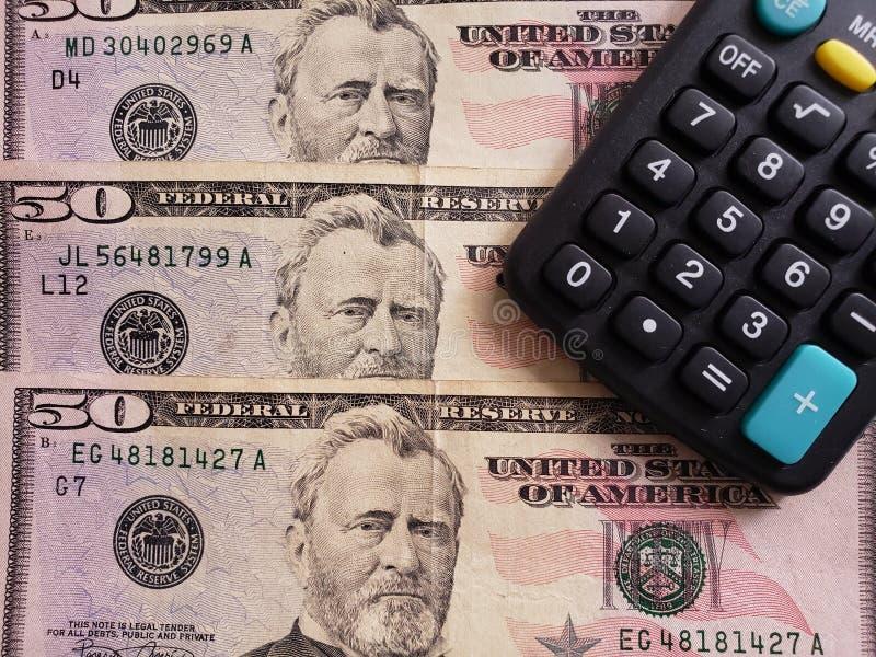 Annäherung an Amerikaner fünfzig Dollarbanknoten von und Taschenrechner stockfotografie