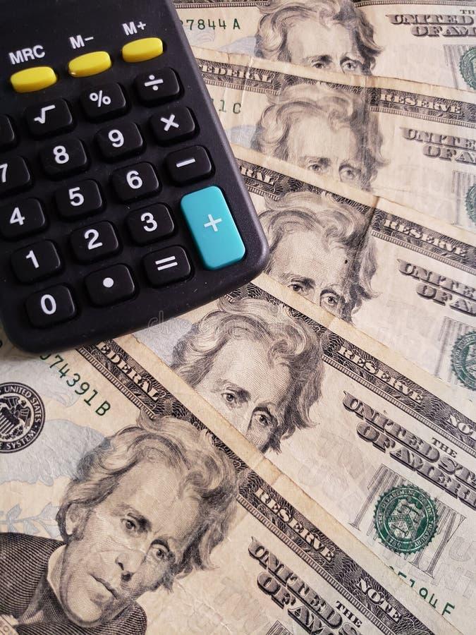 Annäherung an Amerikaner zwanzig Dollarbanknoten von und Taschenrechner lizenzfreies stockfoto