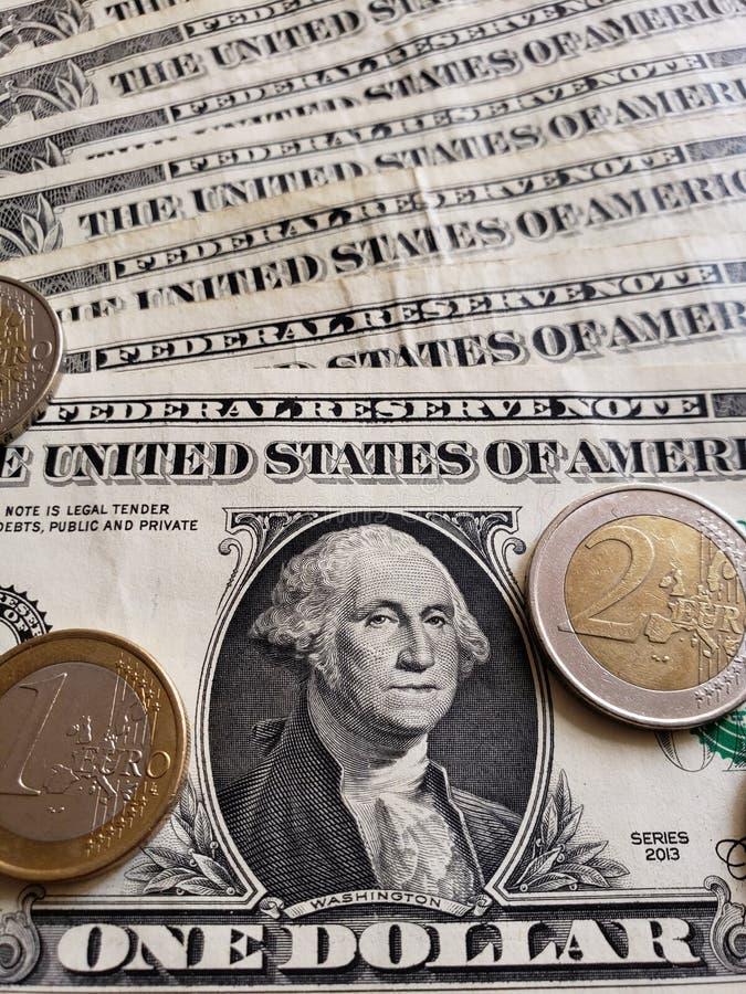 Annäherung an amerikanische Banknote einen von Dollar- und Euromünzen, von Hintergrund und von Beschaffenheit stockbilder