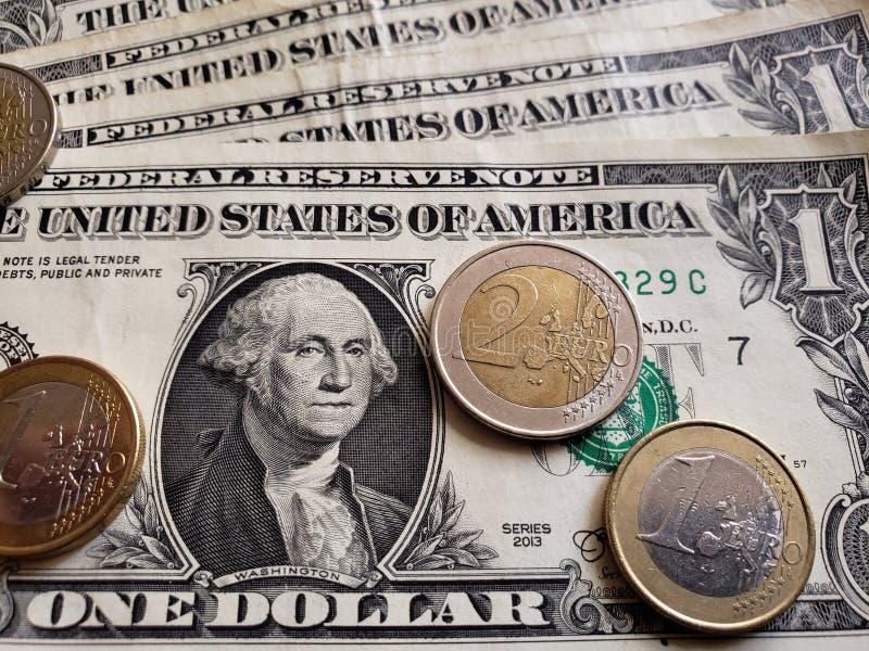 Annäherung an amerikanische Banknote einen von Dollar- und Euromünzen, von Hintergrund und von Beschaffenheit lizenzfreie stockbilder