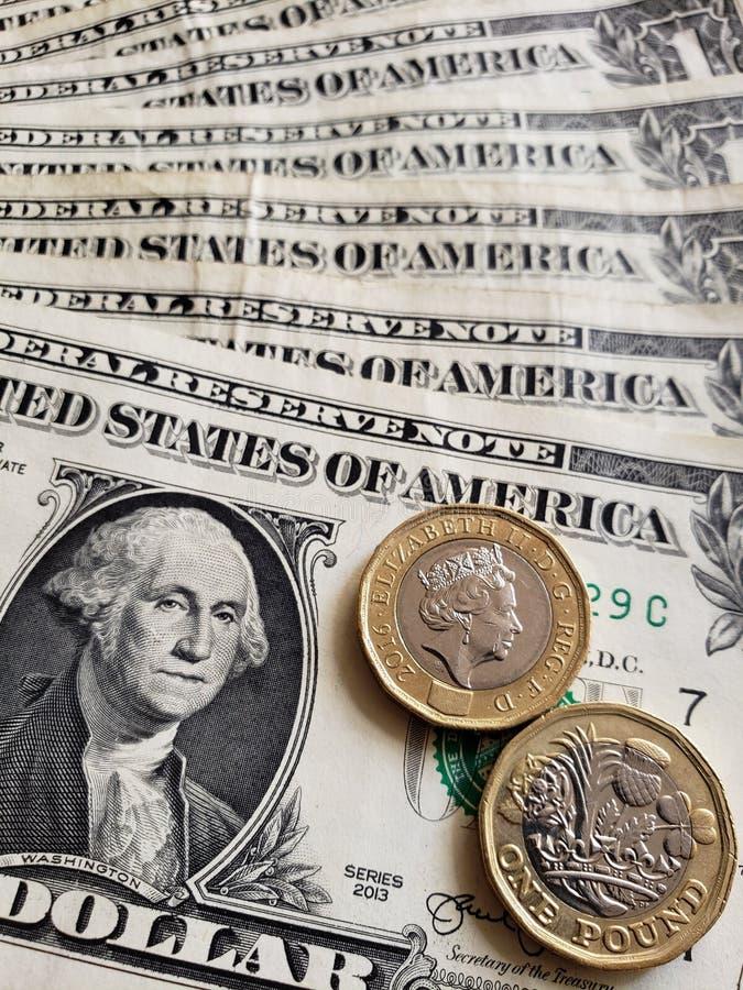 Annäherung an amerikanische Banknote von einem Dollar und Münzen von einem Sterlingpfund, von Hintergrund und von Beschaffenheit stockfotos
