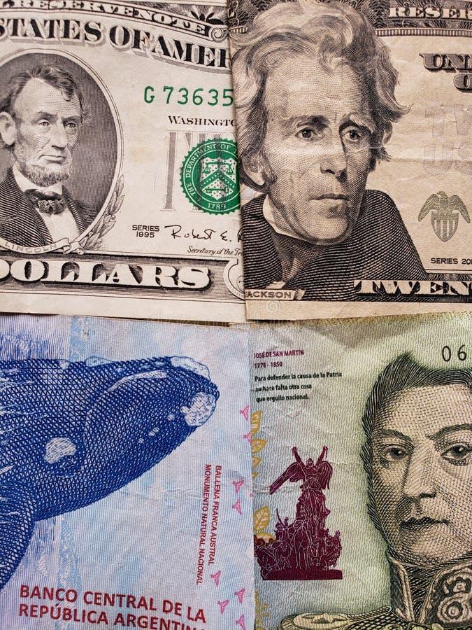 Annäherung an amerikanische Dollarbanknoten und Argentinien-Banknoten von unterschiedlichen Bezeichnungen, von Hintergrund und vo stockbild