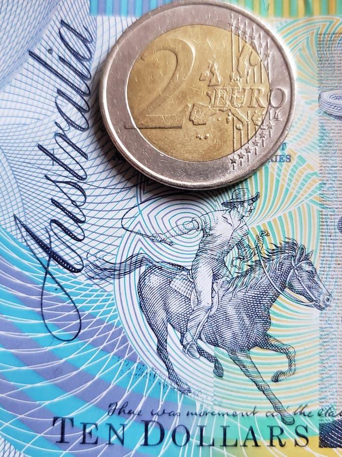 Annäherung an australische Banknote von zehn Dollar und Münze von 2 Euro, Hintergrund und Beschaffenheit lizenzfreie stockbilder