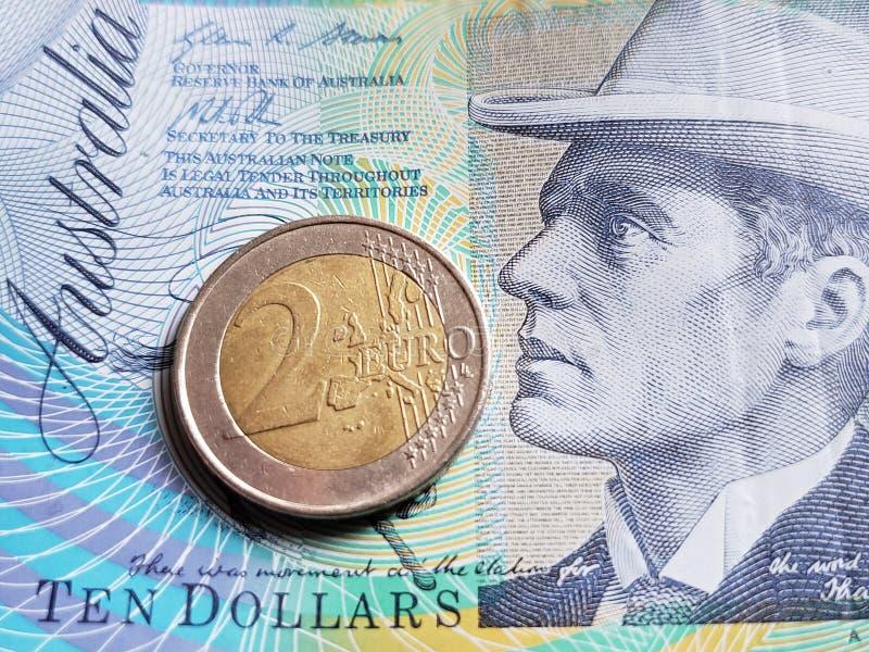 Annäherung an australische Banknote von zehn Dollar und Münze von 2 Euro, Hintergrund und Beschaffenheit lizenzfreie stockfotografie