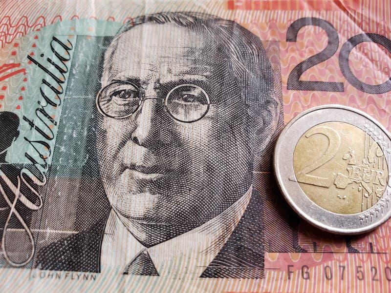 Annäherung an australische Banknote von zwanzig Dollar und Münze von 2 Euro, Hintergrund und Beschaffenheit stockfotografie