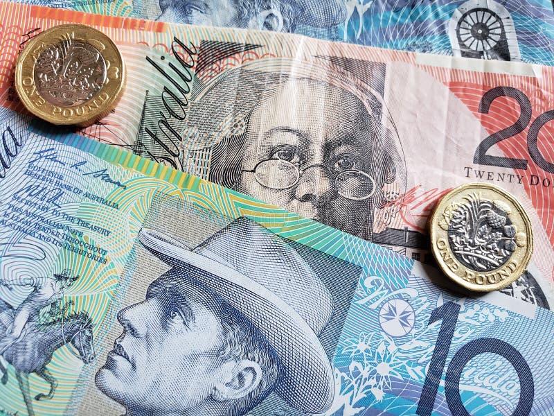 Annäherung an Banknoten der australischen Dollar und Münzen von einem Sterlingpfund, von Hintergrund und von Beschaffenheit stockfotografie