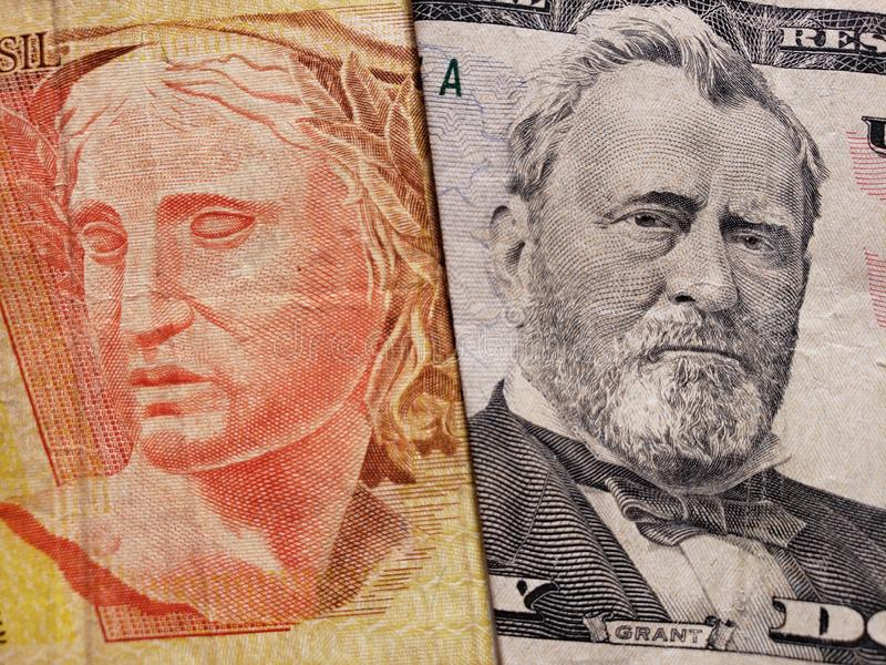 Annäherung an brasilianische Banknote von 20 Reais und amerikanische Banknote von 50 Dollar stockbild
