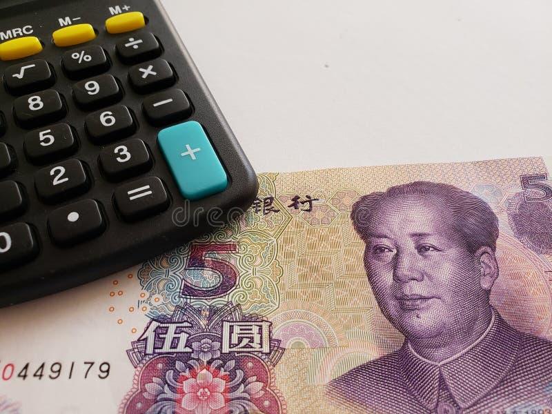 Annäherung an chinesische Banknote von fünf Yuan und von Taschenrechner stockfoto