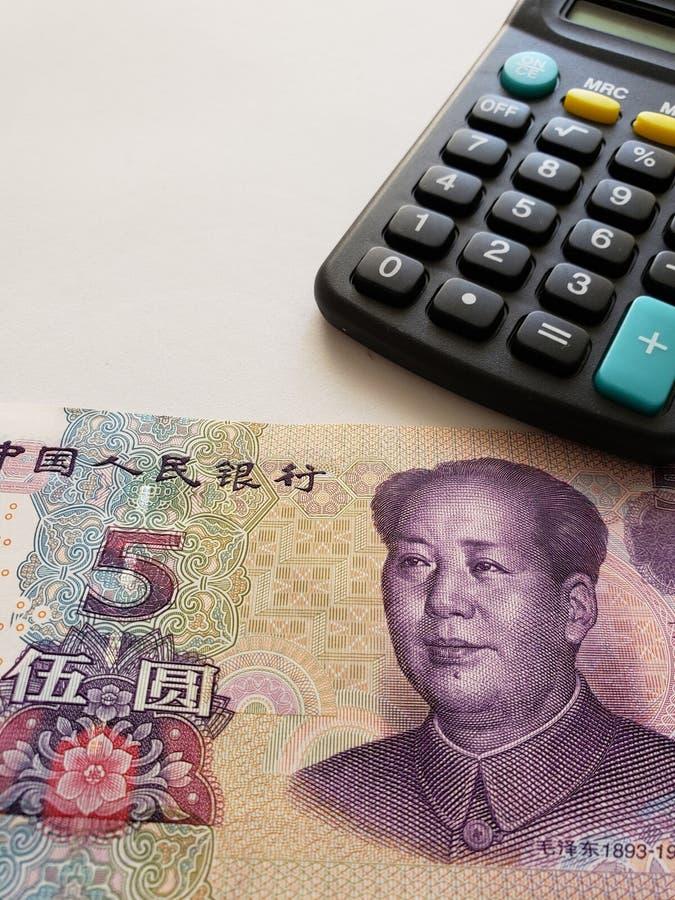 Annäherung an chinesische Banknote von fünf Yuan und von Taschenrechner lizenzfreies stockfoto