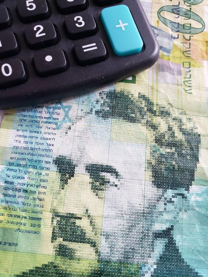 Annäherung an eine israelische Banknote von 20 Schekel und Taschenrechner lizenzfreie stockbilder