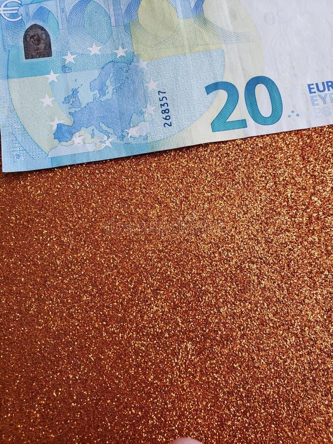 Annäherung an Eurorechnung von 20 Euro und Hintergrund in der metallischen kupfernen Farbe stockfotografie