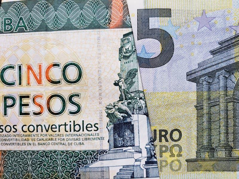 Annäherung an kubanische Banknote von fünf Pesokabrioletten und europäische Banknote von Euro fünf lizenzfreie stockbilder