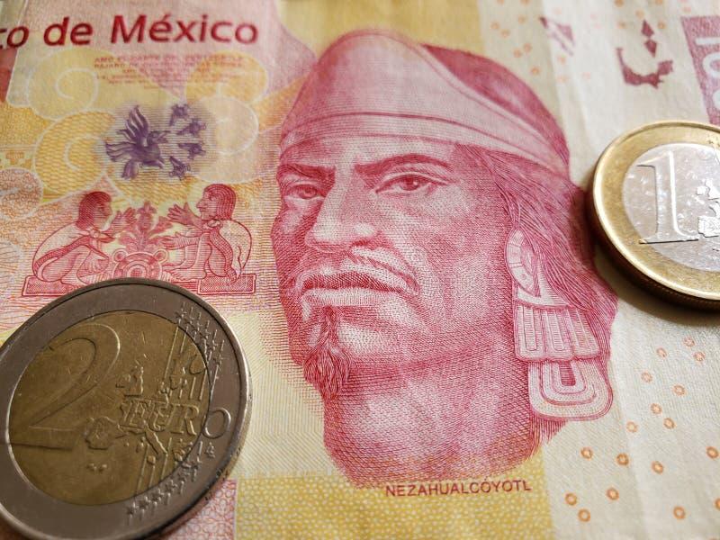 Annäherung an mexikanische Banknote von 100 Pesos und Euromünzen, Hintergrund und Beschaffenheit lizenzfreie stockbilder