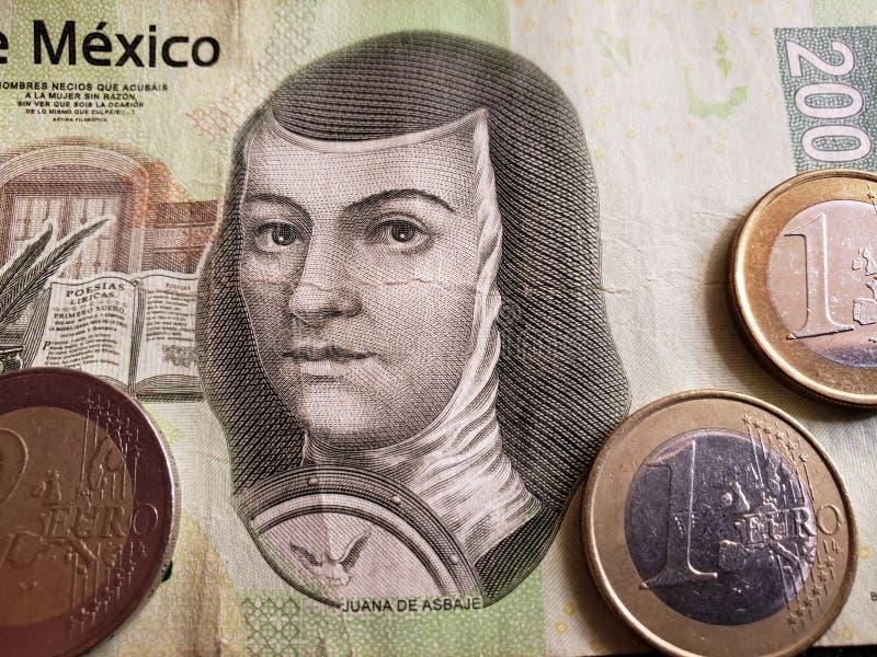 Annäherung an mexikanische Banknote von 200 Pesos und Euromünzen, Hintergrund und Beschaffenheit lizenzfreies stockfoto