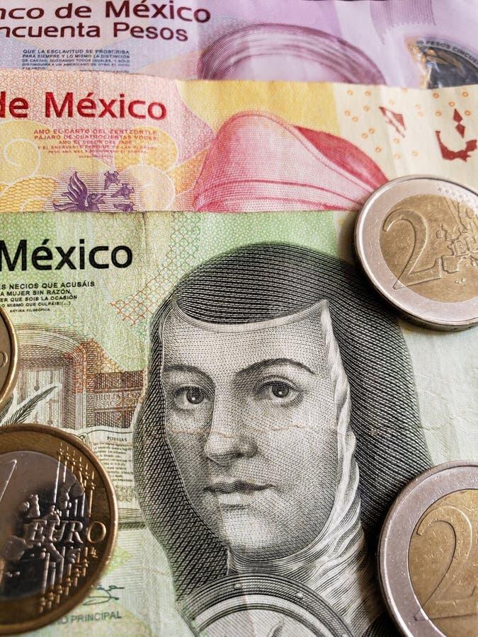Annäherung an mexikanische Banknoten und Euromünzen, Hintergrund und Beschaffenheit stockfotografie