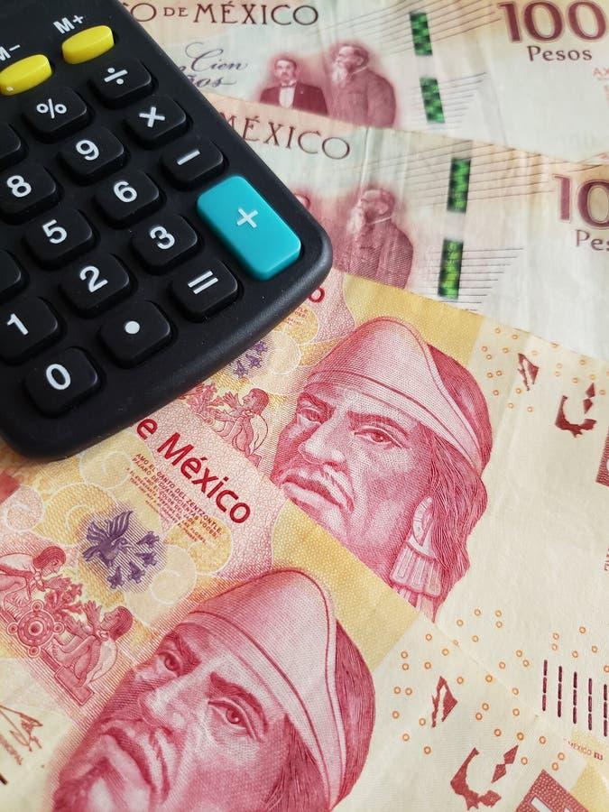 Annäherung an mexikanische Banknoten von 100 Pesos und von Taschenrechner stockfoto
