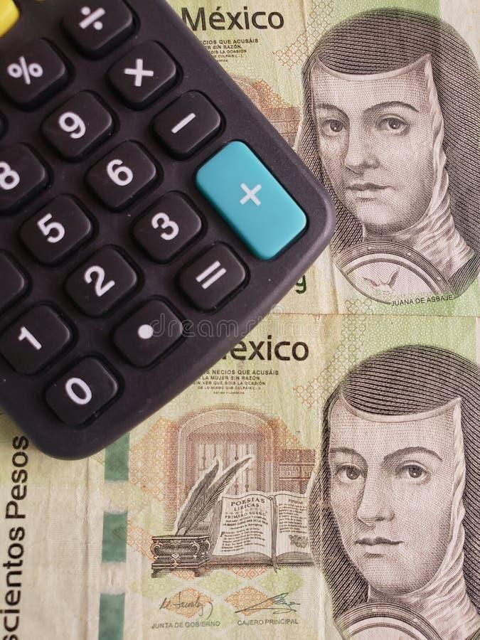 Annäherung an mexikanische Banknoten von 200 Pesos und von Taschenrechner stockfotografie