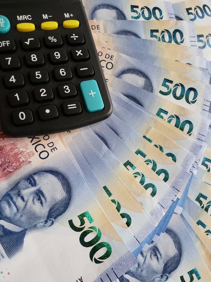 Annäherung an mexikanische Banknoten von 500 Pesos und von Taschenrechner lizenzfreie stockfotos
