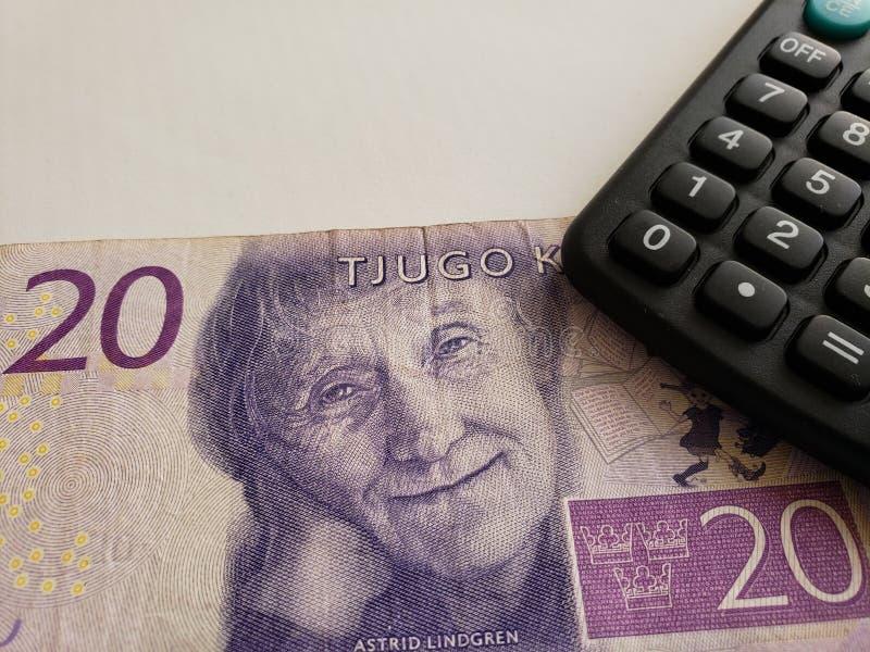 Annäherung an schwedische Banknote von 20 Kronen und von Taschenrechner stockfotos