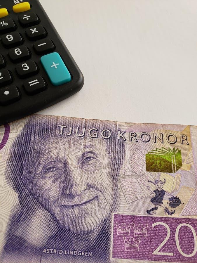 Annäherung an schwedische Banknote von 20 Kronen und von Taschenrechner stockfotografie