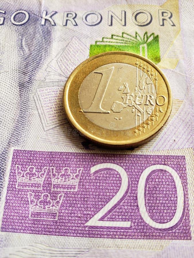 Annäherung an schwedische Banknote von zwanzig Krona und Münze von einem Euro, von Hintergrund und von Beschaffenheit stockbilder