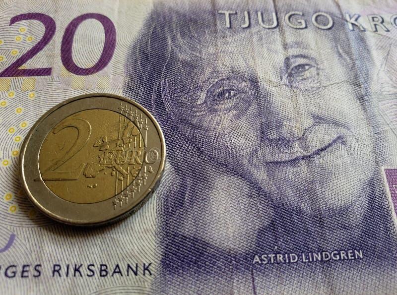 Annäherung an schwedische Banknote von zwanzig Krona und Münze von 2 Euro, Hintergrund und Beschaffenheit lizenzfreies stockbild