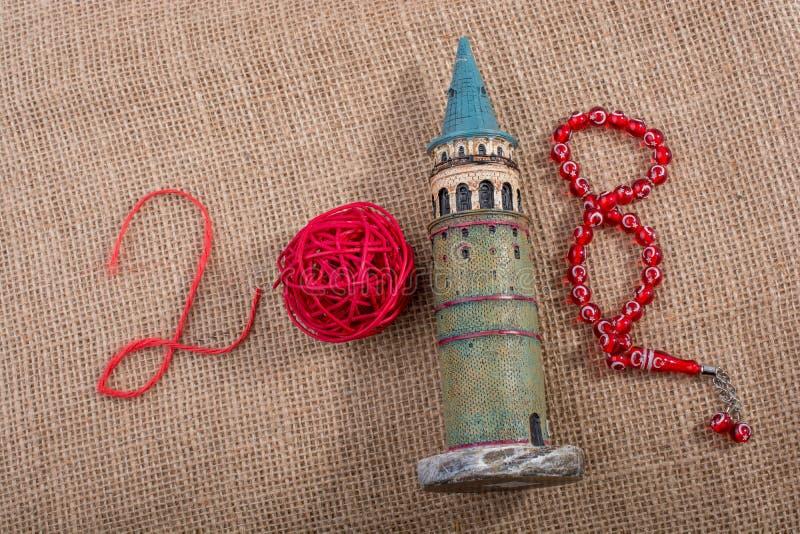 Année 2018 avec la bobine, la tour de Galata et les perles images stock