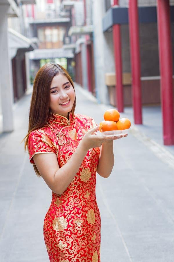 Année chinoise de port de cheosam de belle femme nouvelle image libre de droits