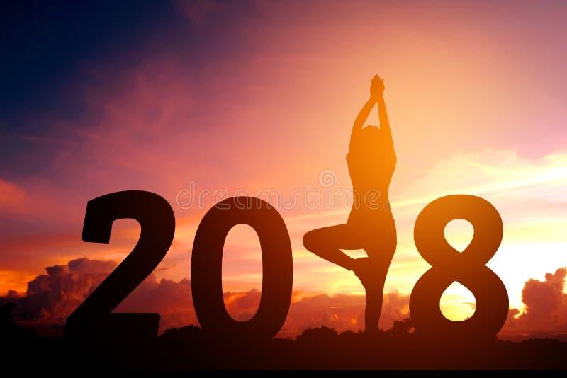 Année de pratique de yoga de jeune femme de silhouette nouvelle le 2018 image libre de droits