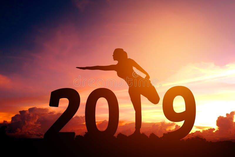 Année de pratique de yoga de jeune femme de silhouette nouvelle le 2019 photo stock