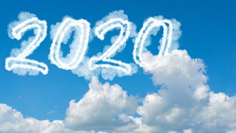 Année nuée de soleil 2020 Concept du Joyeux Nouvel An Numbers 2020 symbole inscription sur fond du ciel bleu de la fumée blanche  photographie stock libre de droits