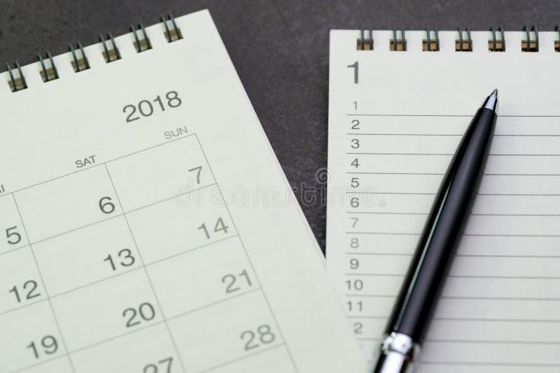 Année 2018 pour faire le concept de liste par le bloc-notes avec le nombre et le stylo de liste photos stock