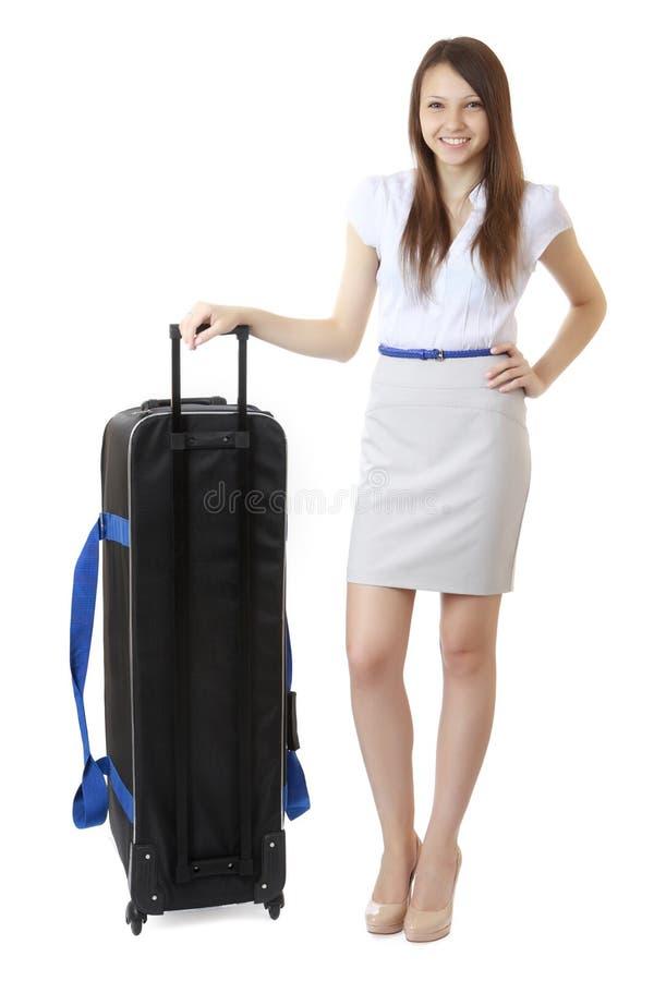 16 années de fille d'adolescent se tenant à côté d'une grande valise noire photographie stock libre de droits