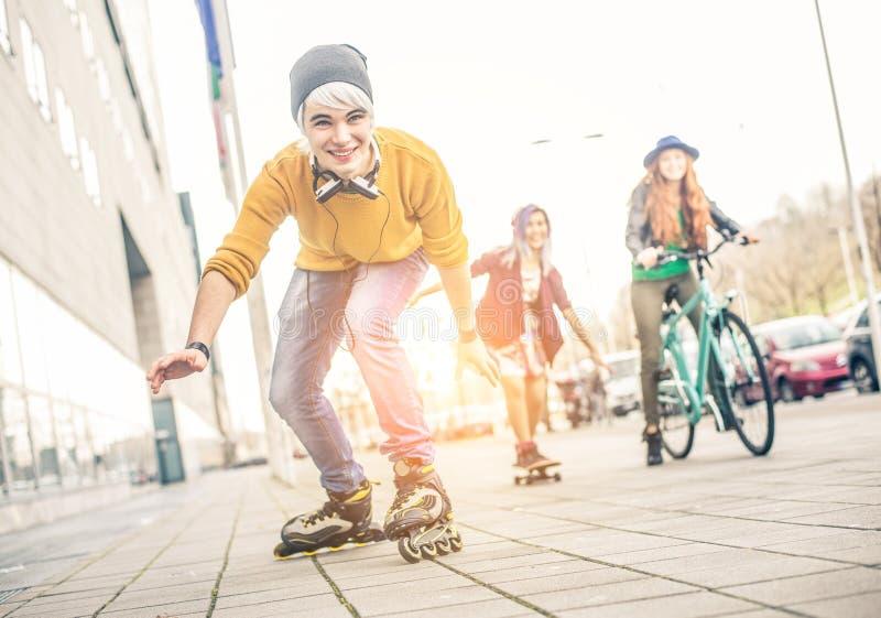 Années de l'adolescence ayant l'amusement images libres de droits