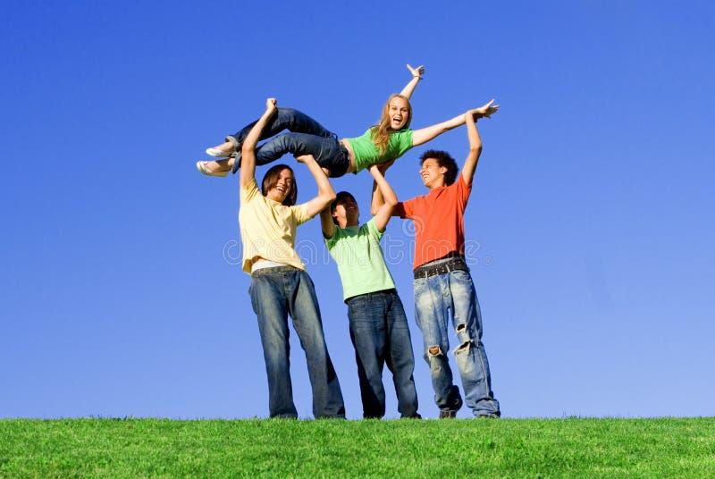 Années de l'adolescence diverses heureuses, amusement de groupe photo libre de droits