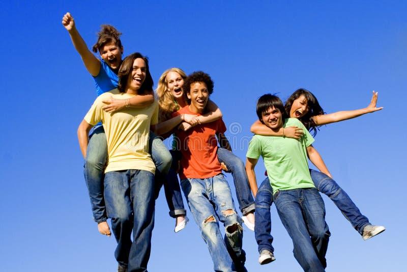 Années de l'adolescence heureuses, ferroutage de groupe photo libre de droits