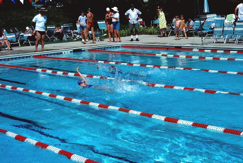 Années de l'adolescence pratiquant la natation pour un rassemblement de bain image stock