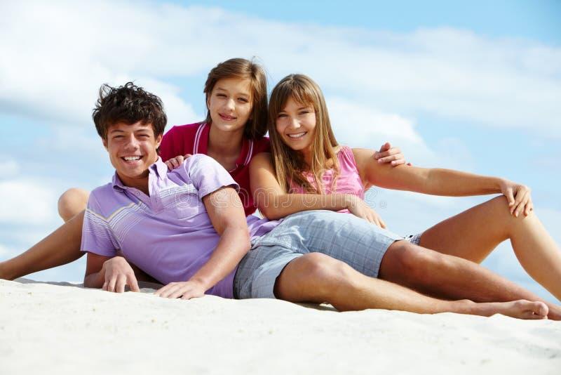 Années de l'adolescence sur la plage image libre de droits